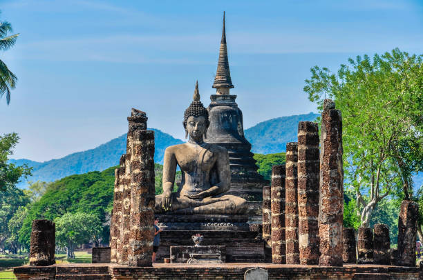 estátua de buda sentado em sukhotai, tailândia - sukhothai - fotografias e filmes do acervo