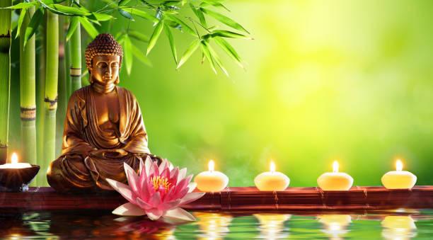 boeddhabeeld met kaarsen in natuurlijke achtergrond - buddha stockfoto's en -beelden