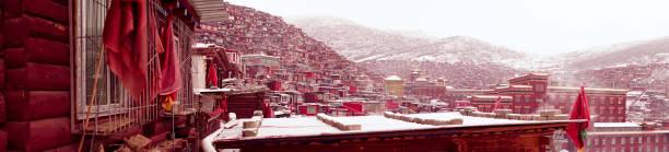 budist akademi pratik insanlar - ganzi tibet özerk bölgesi stok fotoğraflar ve resimler
