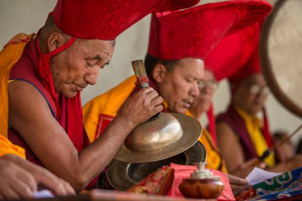 Lamas budistas (monjes cabeza) haciendo música durante el festival - foto de stock