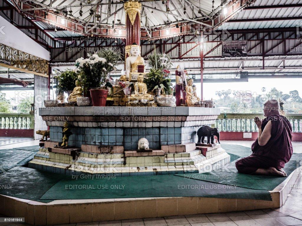 Monge budista orando em Chauk Htat Gyi pagode Yangon Myanmar - foto de acervo