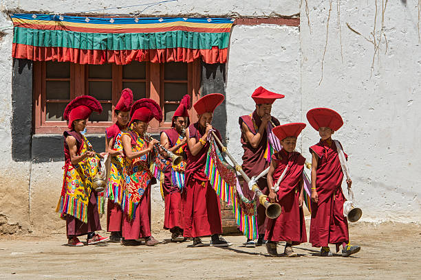 Monjes budistas son tocando música durante el Festival de Ladakh. - foto de stock