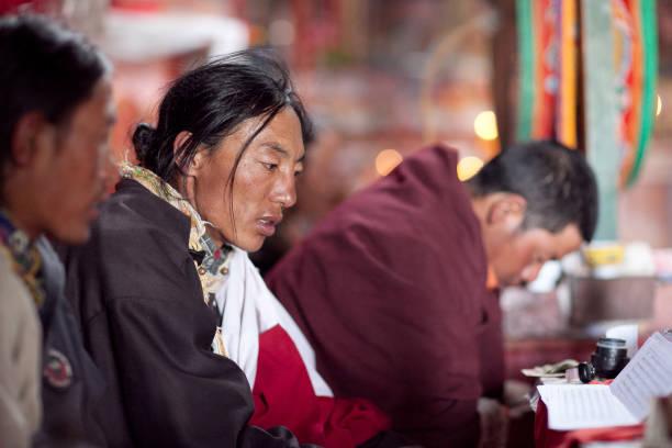 Monjes budistas orando en Chiu Gompa, Tibet Occidental - foto de stock