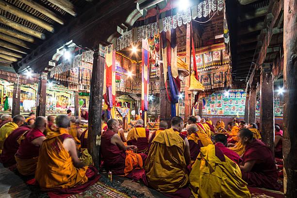 Monjes budistas medida en Thiksay monasterio - foto de stock