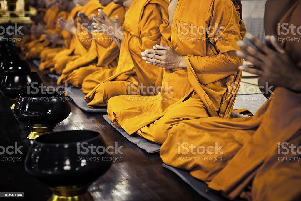 Buddhist monks praying foto