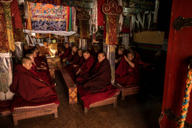Monjas budistas durante la tarde Puja, Lhasa, Tíbet - foto de stock