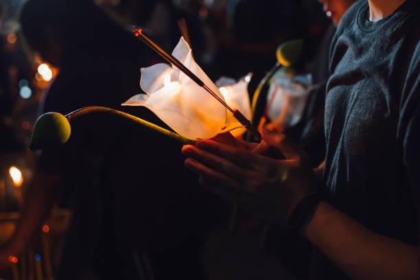 Buddhisten beten mit Weihrauch sticks, Lotusblüte und Kerzen am Tag der Heiligen Religion des Vesak in der Nacht – Foto