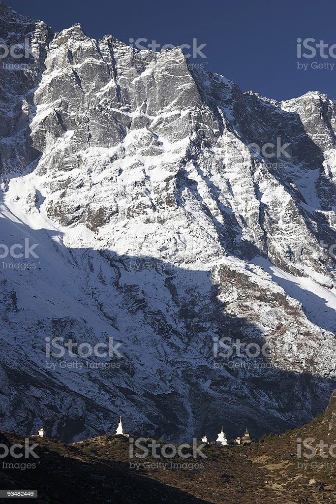 불교도 stupas 난쟁이 by 산 절벽, 네팔 - 로열티 프리 0명 스톡 사진