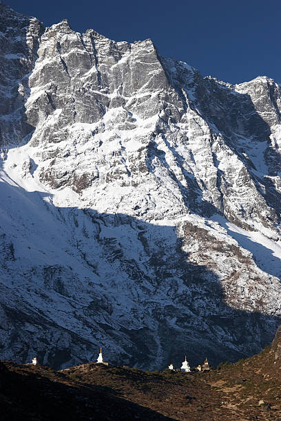 불교도 stupas 난쟁이 by 산 절벽, 네팔 스톡 사진