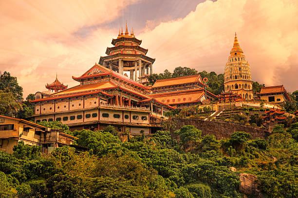 buddhist temple kek lok si in penang - tapınak stok fotoğraflar ve resimler