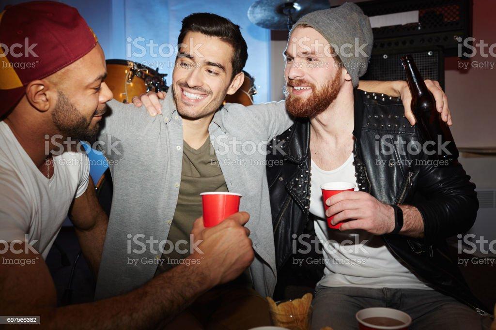 Freunde in Nachtclub – Foto