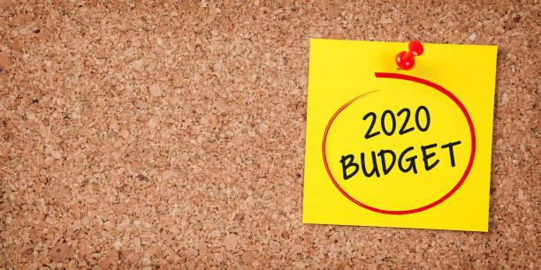 Budget 2020 Wort in gelben Haftnotiz auf Kork Board – Foto