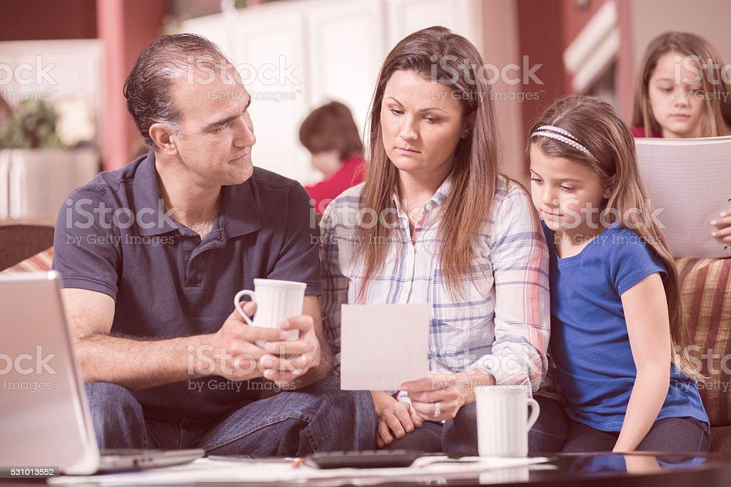 Bilancio. La famiglia di cinque insieme a casa. Arti corse. - foto stock