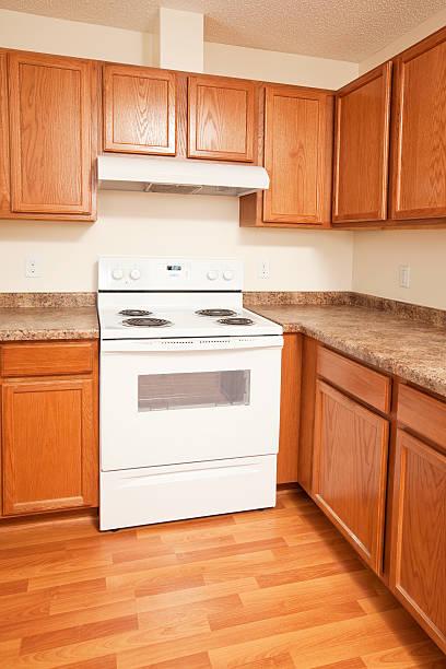 budget house kitchen küchenschränke und auswahl - laminat günstig stock-fotos und bilder