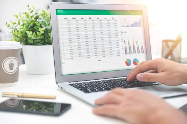預算規劃,筆記本電腦螢幕上的試算表 - 成功 個照片及圖片檔
