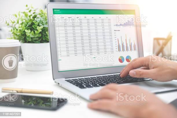 Foto de Planeamento De Orçamento Folha De Cálculo Na Tela Do Portátil e mais fotos de stock de Analisar