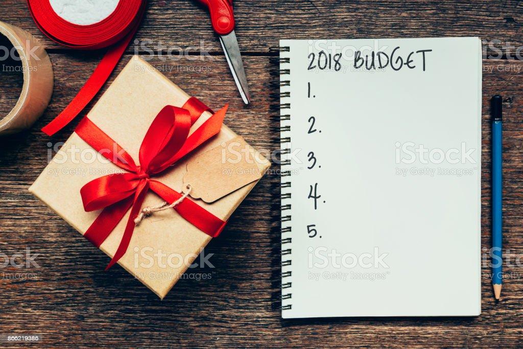 2018 Budget Text auf Papier Notebook mit Geschenk-Box. – Foto