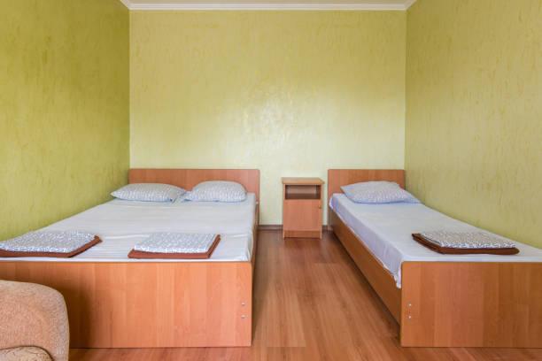 budget hotel dreibettzimmer - laminat günstig stock-fotos und bilder