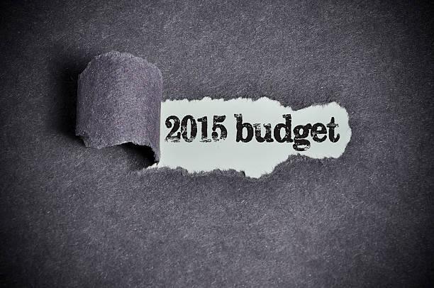 2015 budget wort unter zerrissene schwarzes papier zucker - bundeshaushalt 2014 stock-fotos und bilder