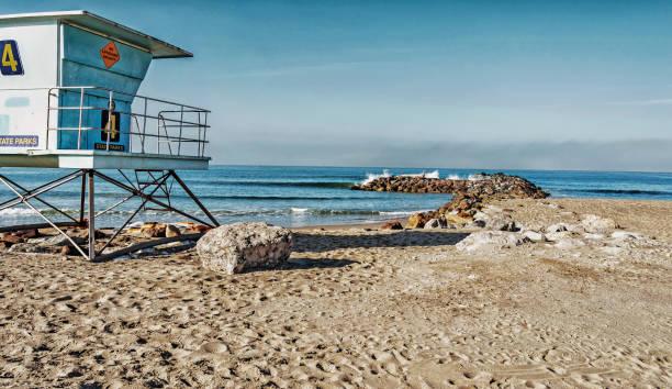 buena ventura stadsparken lifeguard station och log på stenar - badvaktshytt bildbanksfoton och bilder