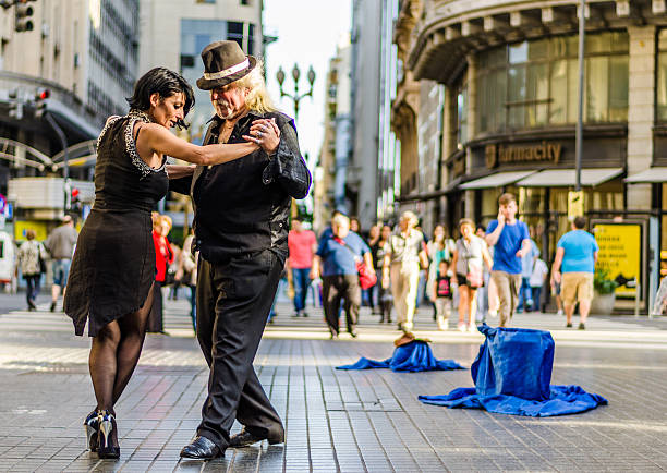 buenos aires, argentina – july 11, 2016: unidentified tango dancers - buenos aires photos et images de collection