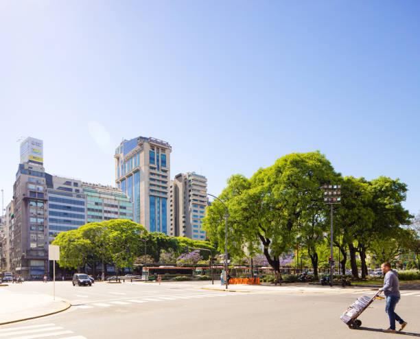 Buenos Aires Avenida Nueve de Julio Tagesszene mit Park – Foto