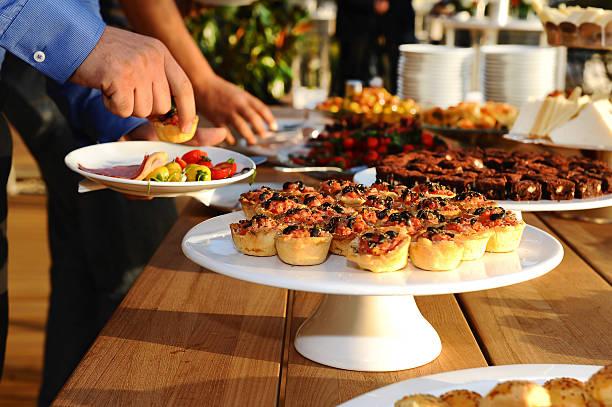 buffet und brunch - sonntagsbrunch stock-fotos und bilder