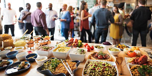 buffet abendessen essen feier party-konzept - mittagessen lebensmittel stock-fotos und bilder