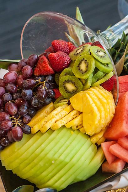 buffet des geschnittenem obst watermellon, ananas, kiwi, erdbeeren 2 - esszimmer buffet stock-fotos und bilder