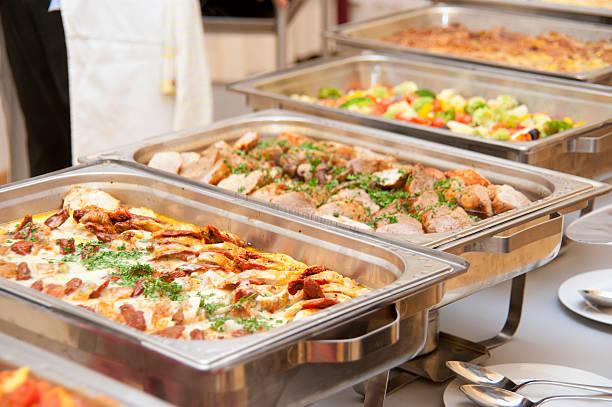 frühstücksbüfett von profi-koch mit köstlichen fleisch variationen - desmond koch stock-fotos und bilder
