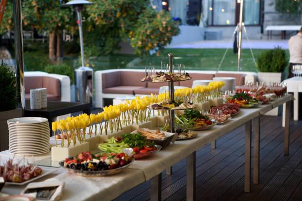 Ligne de buffet du déjeuner et du dîner. Buffet libre service alimentaire - Photo