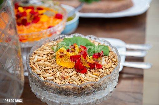 Vasilhas de vidro com comida em mesa de buffet.