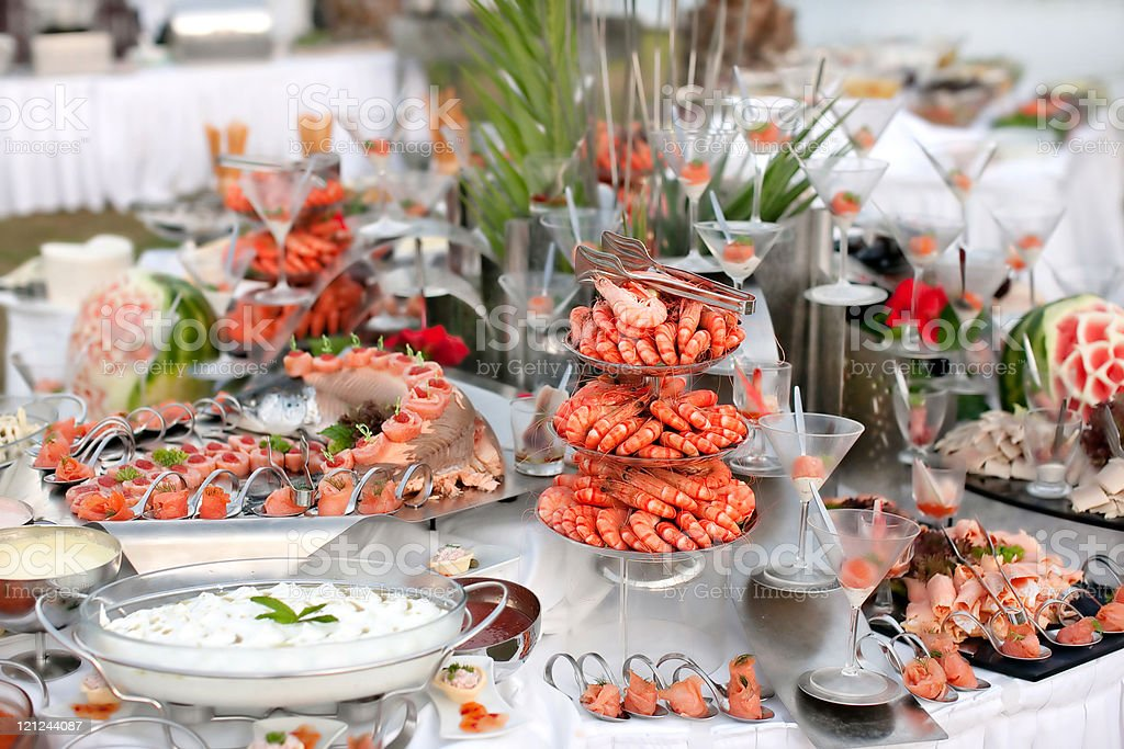 Mesa bufé con pescados y mariscos y - foto de stock