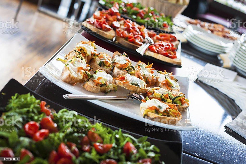 Buffet mit Rucola-Salat, Tomaten und Bruschetta – Foto