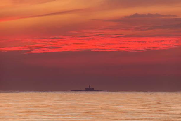bugio lighthouse at sunset - bugio imagens e fotografias de stock