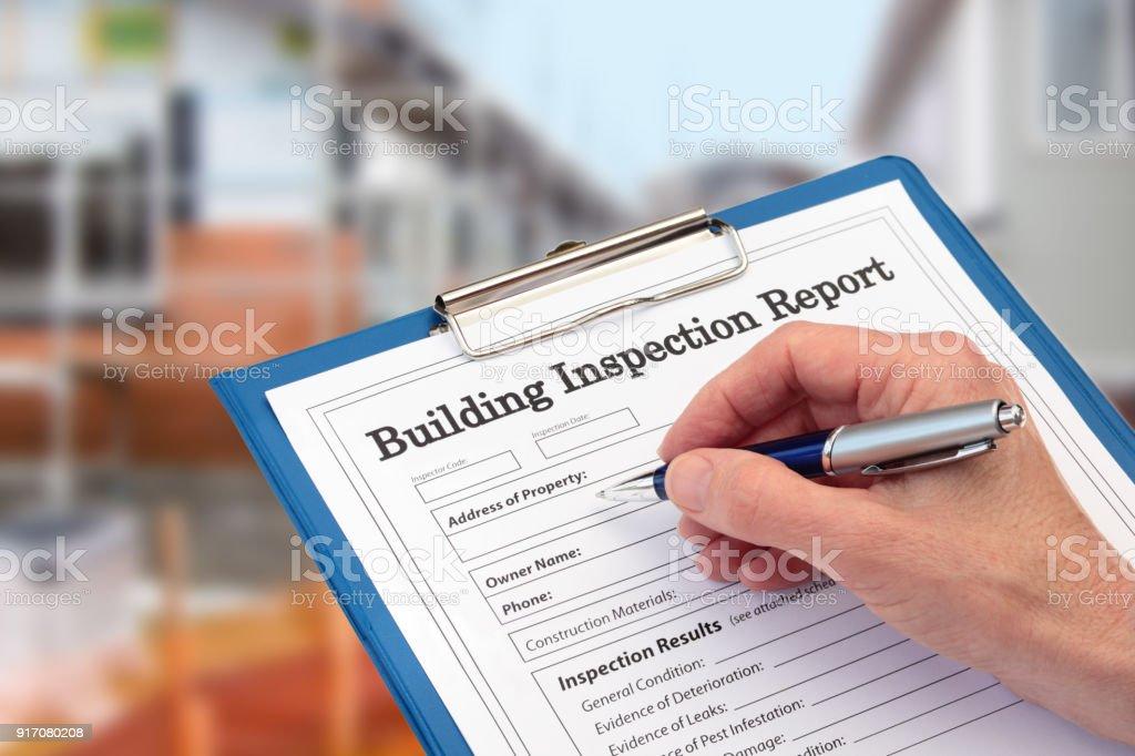 Buiding Inspector completando un formulario de inspección en portapapeles - foto de stock