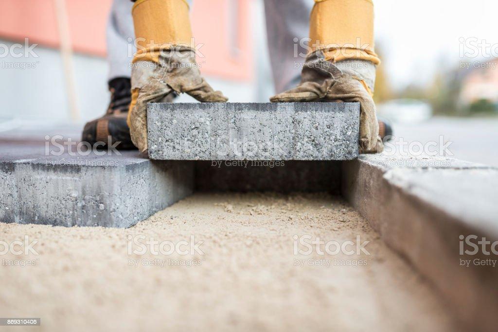 Baumeister im freien Pflastersteine verlegen – Foto