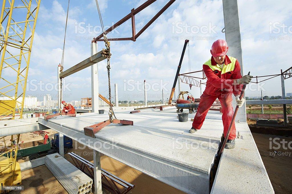 builder Arbeiter installieren konkrete Felsplatte – Foto