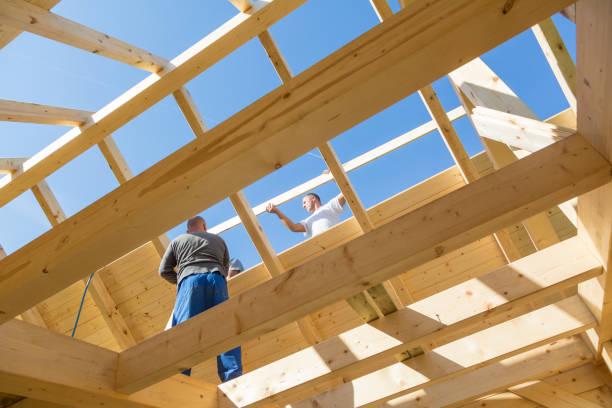 Bauarbeiter bei der Arbeit mit hölzernen Dachkonstruktion. – Foto
