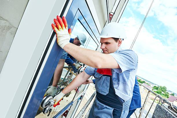 builders arbeiter installieren fenster der fassade - fenster einbauen stock-fotos und bilder