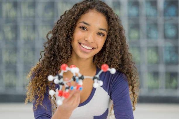 construire un modèle de chimie - fille 16 ans photos et images de collection