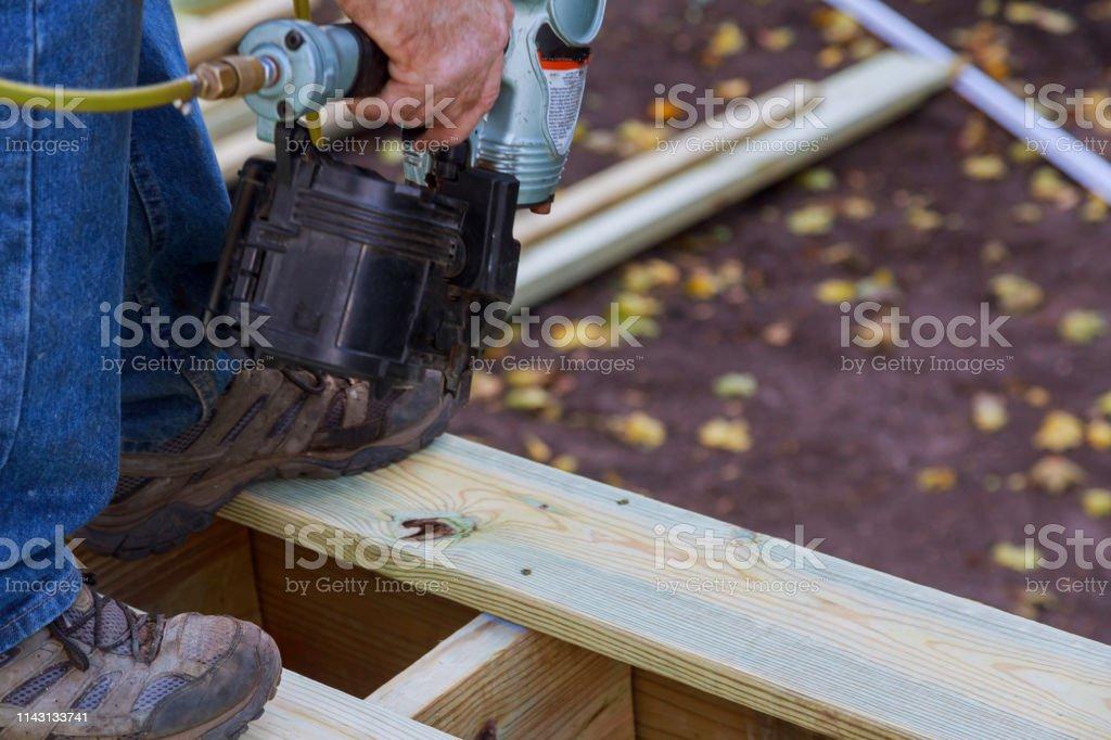 Construyendo Una Nueva Cubierta Sobre El Suelo Carpintero