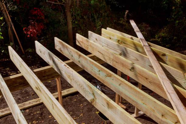 neubau eines oberirdischen daches, terrassenbau. - terrassen deck design stock-fotos und bilder