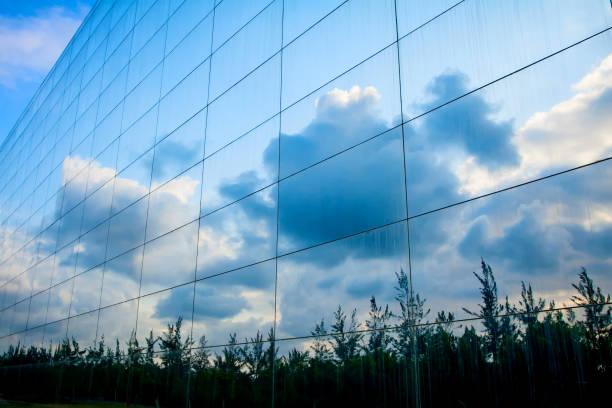 gebäude und himmel. blau-weißer hintergrund. - fensterfront stock-fotos und bilder