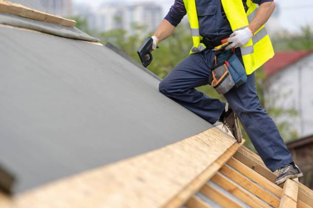 bouwproces van nieuwe houten dak op houten frame huis - membraan stockfoto's en -beelden