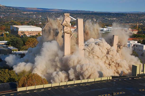 bâtiment de démolition - imploser photos et images de collection