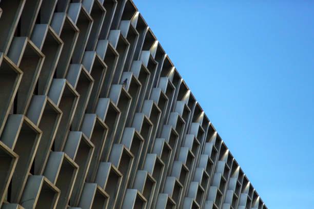 Fassade mit Windows Wiederholung, Seitenansicht mit blauem Himmel hinter Wiederholung Form Konzeptkunst – Foto
