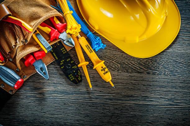 correa de construcción edificio casco cuero en madera tablero electr - electricista fotografías e imágenes de stock
