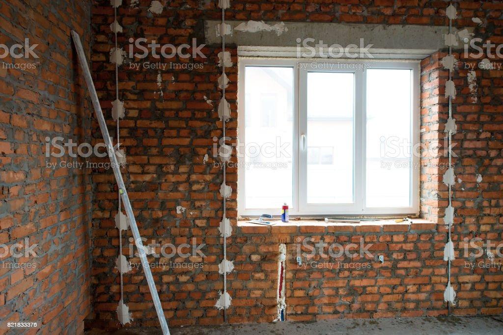construção de casa. Realizou um trabalho na fiação elétrica e instalação do windows, preparada a superfície das paredes de tijolo de gesso gesso - foto de acervo