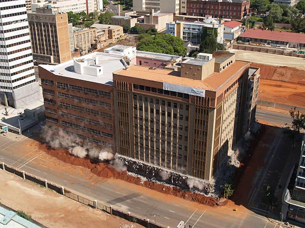 bâtiment implosion dans le centre-ville de johannesburg, afrique du sud - imploser photos et images de collection